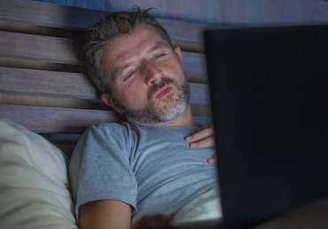Das Internet verführt reale sexuelle Begegnungen zu vermeiden.